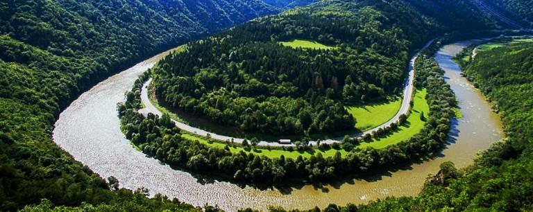 Domašínsky meander je náprotivkom americkému Horseshoe Bend